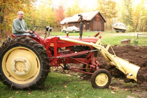 The '51 Massey Harris saves the back-breaking day!  Saves Barry a lot of pitchin' and bitchin'!